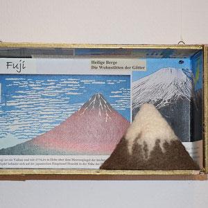 "Beate Lambrecht, ""Küchenlehrkasten Erdkunde: Fuji"" (2014), 23 x 6,5 x 13, Holzkasten, verschiedene Materialien"