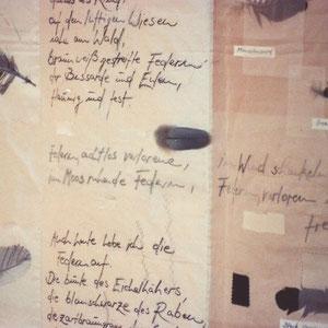 """Nadeschda, """"Federn habe ich gesammelt"""" (2008), Zeichnung, Gedicht und freie Handstickerei auf Seide, gequiltet, 104 x 104 cm (Detail)"""