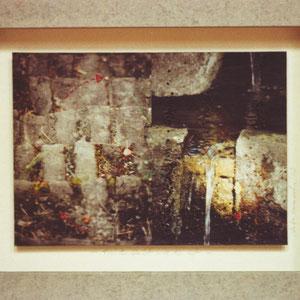 """Nadeschda, """"Nichts bleibt, wie es ist"""" (2009), Freie Handstickerei mit Seide, Leinen und Baumwolle auf Papier/Fotografie, 24 x 17 cm"""