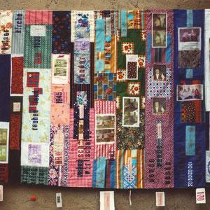 """Nadeschda, """"Jahr Hundert Frau"""" (2009), Quilt aus Baumwolle und Seide, teilweise handbedruckt und handgefärbt; freie Handstickerei, 160 x 115 cm"""