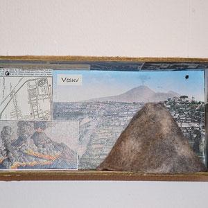 """Beate Lambrecht, """"Küchenlehrkasten Erdkunde: Vesuv"""" (2014), 24 x 6 x 12, Holzkasten, verschiedene Materialien"""