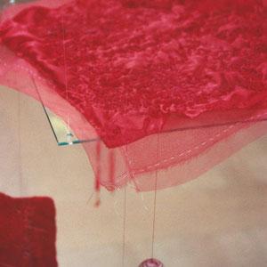 """Nadeschda, """"Feine rote Decke für kleinen schwarzen Kater"""" (2009/2010),  Freie Handstickerei mit Seide auf Seide; teilweise handgefärbt, frei schwebend, 40 x 40 cm  (Detail)"""