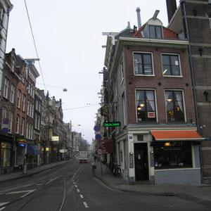 De buitenkant van cafe Van leeuwen in Amsterdam aan de Utrechtsestraat.