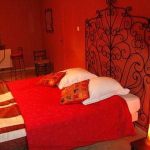 Le grand lit de la chambre d'hôtes le blockhaus de domleger