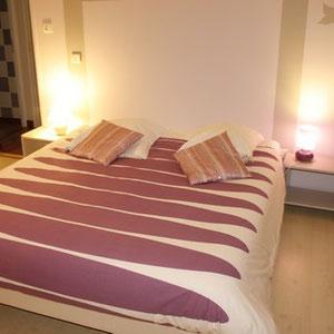 Le grand lit de la chambre parme du blockhaus de domleger