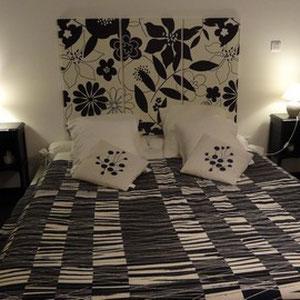 La grand lit de la chambre d'hôte du blockhaus de domleger