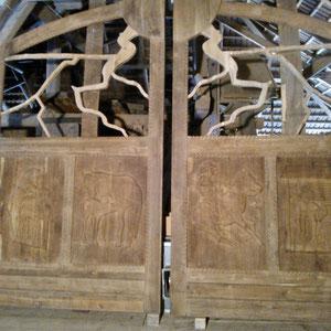 Hoftor nach der Oberflächenbearbeitung - Optik des Holzes wie eine gebürstete Oberfläche