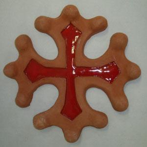 Croix occitane semi évidée diamètre 23 entourage couleur brut émaillage à l'intérieur rouge