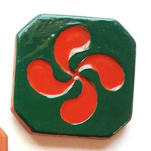 Magnet Croix Basque diamètre 5 cm émaillé vert et rouge