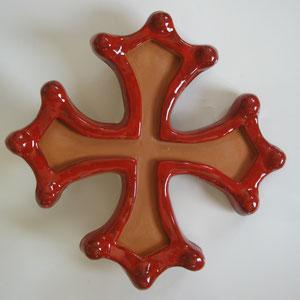 Croix occitane semi évidée diamètre 33 émaillé rouge à l'extérieur