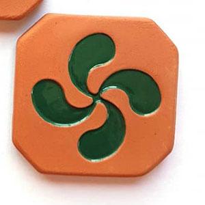 Magnet Croix Basque diamètre 5 cm brut à l'extérieur et émaillé vert à l'intérieur