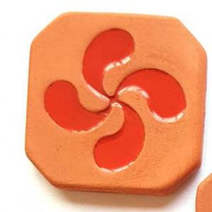 Magnet Croix Basque diamètre 5 cm brut extérieur et émaillé rouge à l'intérieur