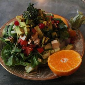 Fröhlicher Name, mit Avocado, Räuchertofu, hausgemachtem Pesto und Köstlichem