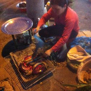 Die Auberginen-Frau: grillt und schält danach - leckeres Grillaroma