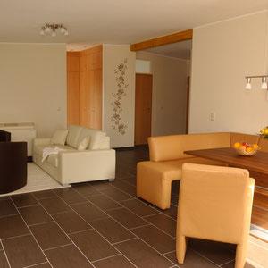 Wohn- und Esszimmer im Ferienhaus Elbinsel