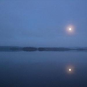 Romantische Vollmondnächte im Herbst am ruhigen See. Nebel ziehen auf und verzaubern Sie am Steg vor unserem Haus.