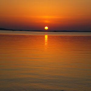 Einen Steinwurf vom Haus entfernt erleben Sie fußläufig am Ufer der benachbarten Halbinsel Sonnenuntergänge wie am Meer.