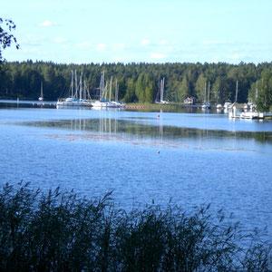 """Kleiner Hafen """"Suopelto"""" für private Segel- und Motorboote an der Anfahrt und in Nähe zum Ferienhaus."""