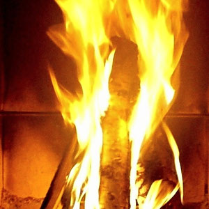 ... während Sie sich vor dem Feuer einkuscheln.  Sunny Mökki Sysmä. Brings back the cozy fire in your life.