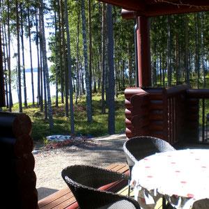 Lassen Sie von der großen Terrasse Ihren Blick über die Bucht am See schweifen, während der Duft von Gegrilltem die Vorfreude auf Ihr Mittagsmenue steigen lässt. Natürlich essen Sie nach skandinavischer Art auf der Veranda!(Terrasse m. Elektrogrill,Süds).