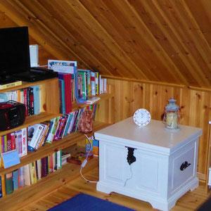 Multimediaecke auf der Galerie mit zusätzlichem DVD Player jede Menge Bücher, DVD´s CD´s verschiedener Genres.