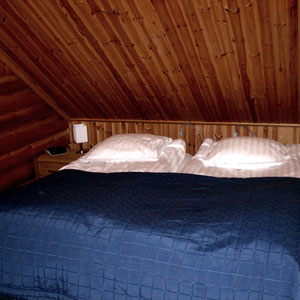 Für Ihren erholsamen Schlaf: Doppelbett je 90 cm x 2 m. Large bedroom upstairs.