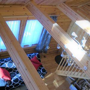 Blick von der Gallerie ins Wohnzimmer.