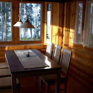 """Der Tag beginnt schon mit einem sonnigen Lächeln! Frühstück in der Morgensonne, Sonnenerker in der großen, top ausgestatten Essküche. Ihr Treffpunkt für gemeinsames Kochen und Genießen. Breakfast in the morning sun. Sunny jutty """"Erkkeri"""" in the kitchen."""