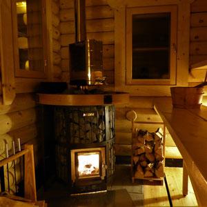 ... traditionell, urig und kuschelig zugleich, ganzjährig in unserer Blockbohlen-Außensauna mit einem ursprünglichen Saunaraum und 200 kg Steine im Holzofen.