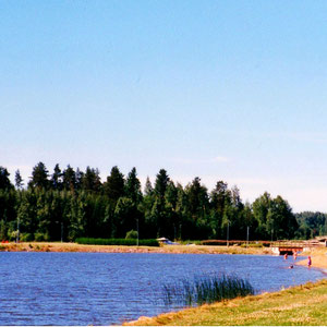 Blick in die große Bucht der Gemeinde Sysmä, Südlage, mit schönem, langsam abfallenden Sandstrand. 9 km z.B. mit unseren Fahrrädern erreichbar.
