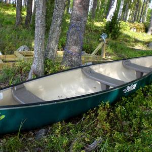 Direkt von der Veranda ins Kanu oder eines Ihrer anderen Boote. Familienfreundliches Anfängerkanu für bis zu 3 Personen. Auch alleine zu paddeln. 50 m am Ufer vor dem Haus.