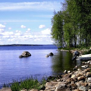 Für Ihre Abkühlung zwischendurch oder nach der Sauna im Haus: Kleiner gemeinsamer Badeplatz der Anlieger und Bootsanlegestelle ca. 50 m vor dem Haus. Swimming area, place for the rowboat 50 m.