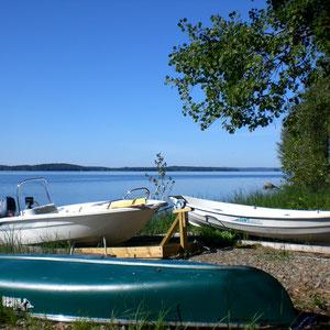 Unternehmen Sie mit unseren Booten, nur 50 m vor dem Mökki am Ufer, Ein- oder Mehrtagestouren auf dem großen Päijänne. Bereiten Sie Ihre (Angel-) Expeditionen mit unserem Laptop u. Navi vor. Nutzen Sie unser Outdoor-Equipment für Ihre Abenteuer am See.