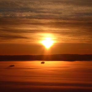 ..., wie hier, vom nahen Aussichtsturm im Winter, bei absoluter Ruhe den Beginn des polaren Sonnenuntergangs ...