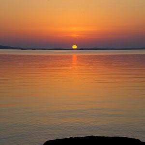 Nur einen Steinwurf von Ihrem Domizil entfernt, erleben Sie am Ufer der benachbarten Halbinsel Sonnenuntergänge wie am Meer.