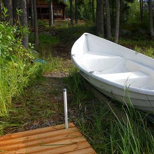 Unsere Boote, nur 50 m vom Haus direkt am See.