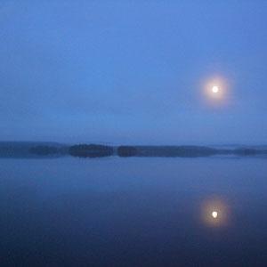 Romantische Vollmondnächte im Herbst am ruhigen See vor Ihrem Haus. Nebel ziehen auf und verzaubern Sie am Steg vor Ihrem Domizil.