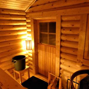 ... mit traditionellem Saunabaden im großen Saunaraum... oder alternativ auch bequem in der Elektrosauna im Ferienhaus ...