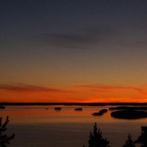 Genießen Sie zu zweit an einem verschwiegenen Platz unweit des Hauses, hoch über dem See, grandiose Sonnenuntergangspanorama.