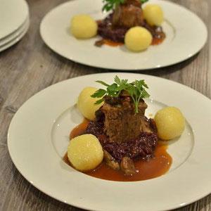 Kastanienbraten mit Kirschrotkohl, Kartoffelpastinakenknödel und   Barolohonigsauce