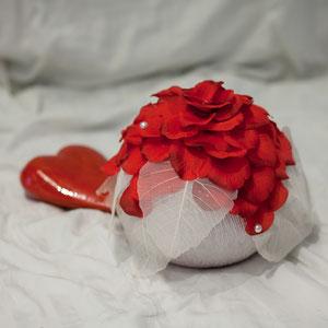 Urne mit Rosenblätter und dekor Blätter. In anderen Farben erhältlich