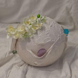- Urne für die Bestattung: um etwas mitzugeben. - Urne für zu Hause: um persönliche Gegenstände des Verstorbenen aufzubewahren. Zu Hause kann man diese Urne immer wieder mit frischen Blumen dekorieren.