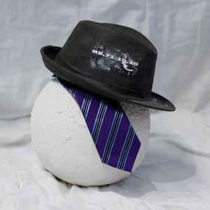 Persönliche Herrenurne: mit dem Hut und die Gravatte Ihren geliebten Ehemann oder Vater. Auch schön für die Urne zu Hause.