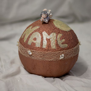 Urne in bronze. Namen und die Herze mit Material geschrieben der aussieht wie Krokodil Leder. In anderen Farben erhältlich