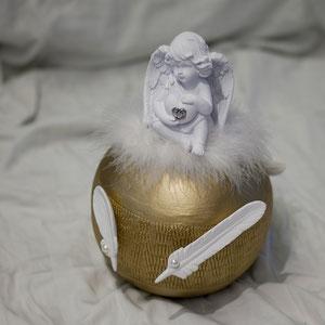 Urne mit Engel. In anderen Farben erhältlich. Vielleicht auch mit einem Engel, welcher der Verstorbenen Person gehörte.