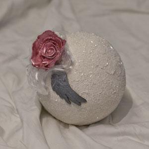 Urne: Lorella, Rose und Engelsflügel aus Ton
