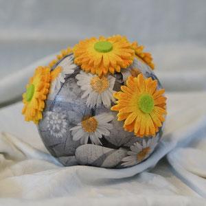 Urne- Kunst: Mit Serviettentechnik und Künstliche Blumenköpfe. Können andere Servietten Motive und Blumenköpfe genommen werden