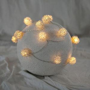 Urne mit Lichter für die Urne zu Hause. Anstelle einer Kerze anzuzünden um am dunklen Abend ein wenig Licht für die geliebte Person zu machen
