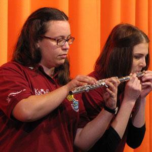 Nadine Kuntz (rechts) und Isabell Wöschler im Duett an der Querflöte