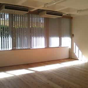 朝ヨガ後のスタジオ、冬も夏もきれいに日が入ります。